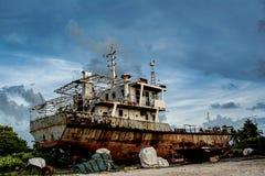 Abandoned glömt skepp på jordningen på den tropiska ön Arkivbilder