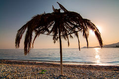 Abandoned halmtäckte strandparaplyet Royaltyfria Foton