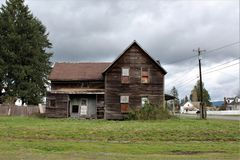 Abandoned house in Granite Falls, WA side view with a concrete arch in the front yard stock photos