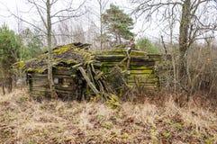 Abandoned kollapsade det föråldrade lantliga trähuset fördärvar Royaltyfri Foto