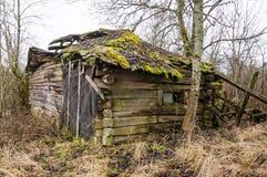 Abandoned kollapsade det föråldrade lantliga trähuset fördärvar Fotografering för Bildbyråer