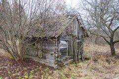 Abandoned kollapsade det föråldrade lantliga trähuset fördärvar Arkivfoto