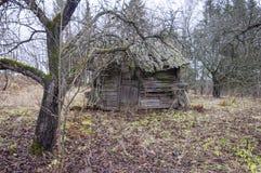 Abandoned kollapsade det föråldrade lantliga trähuset fördärvar Arkivbild