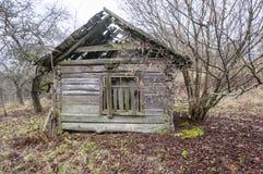 Abandoned kollapsade det föråldrade lantliga trähuset fördärvar Arkivfoton