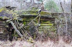 Abandoned kollapsade det föråldrade lantliga trähuset fördärvar Royaltyfri Fotografi