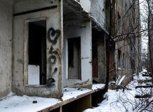 Abandoned kollapsande mång--våning byggnad Inskriftförälskelse och hjärtasymbol på en vägg Svårmodet, sorgsenhet, ensamhet Royaltyfri Fotografi