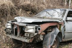 Abandoned kraschade den brutna bilen Arkivbilder