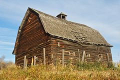 Abandoned log barn on top of hill Royalty Free Stock Images