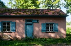 Free Abandoned Old House With Blue Door In Shadow Of Trees Stock Photography - 159277192