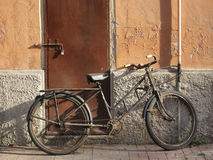 Abandoned old rusty bicycle. Leaning against a wall Royalty Free Stock Images