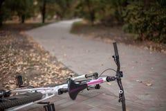 Abandoned parkerar med den vita cykeln på den främre sikten arkivfoton