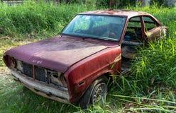 Abandoned rostade bilen Arkivfoto