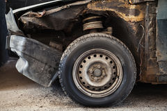Abandoned rostade bilen, gammalt hjul Arkivbilder