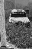 Abandoned rostade den antika bilen Arkivfoto