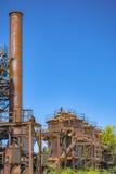 Abandoned rostade gamla maskiner och lagringsenheter i en gasindustr Arkivfoton