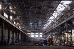 Abandoned rostade väntande på rekonstruktion för förstörd industriell korridor Tidigare Voronezh grävskopaväxt Royaltyfri Foto