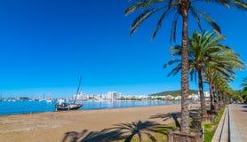 Abandoned seglar fartyget på stranden Mitt- morgonsol på Ibiza strand Varm solig dag längs stranden i St Antoni de Portmany Arkivbild