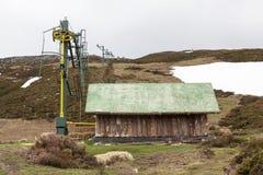 Abandoned skidar stationen ut ur vintersäsong Arkivfoto