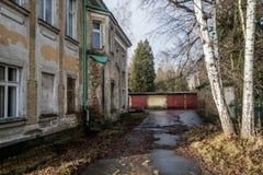 Abandoned spökade huset i en sen höst i soligt väder Royaltyfri Fotografi