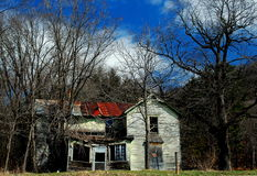 Abandoned spooky farm house. An abandoned falling down farm house sits on the side of the road Royalty Free Stock Images