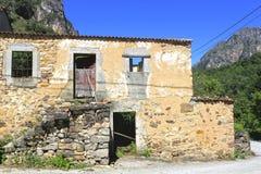 Abandoned stenade huset i en by i Asturias Arkivbild