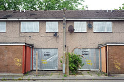 Abandoned terrasserade hus med metallslutare, Salford, UK Royaltyfri Foto