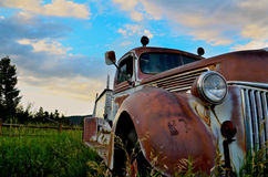 Abandoned Truck. Old fire truck rusting away in field Royalty Free Stock Photography