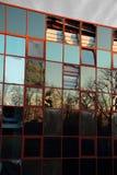 Abandoned vandaliserade exponeringsglas beklädd kontorsbyggnad Royaltyfri Bild