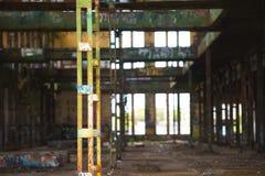 Abandoned vandaliserade industriellt fördärvar inom Arkivbild