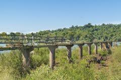 Abandonede Birdge en el río Paraná en las cataratas del Iguazú Foto de archivo