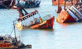 Abandoneold rostiga skepp i porten av Montevideo, Uruguay Gammal skeppgravgård Arkivbilder