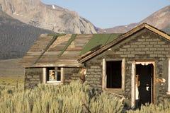 Abandonné à la maison dans frottez la brosse sur Sierra Nevada Photographie stock libre de droits