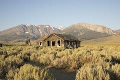 Abandonné à la maison dans Sierra Nevada Image libre de droits