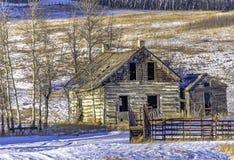 Abandonné à la maison en hiver image stock