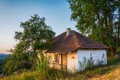 Abandonné à la maison en montagne de Zlatar, la Serbie Photos stock