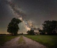 Abandonné à la maison sous la galaxie de manière laiteuse image libre de droits