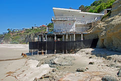 Abandonné à la maison sur mille étapes échouez, dans le Laguna Beach, la Californie Image libre de droits