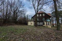 abandonné chassant la maison dans la forêt Photos stock