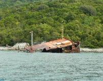 Abandonné coulant le vieux bateau Photo libre de droits