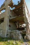 Abandonné détruit par l'explosion, bombardant et écossant le bâtiment détruit Trous des coquilles, traces des balles et attelle photographie stock