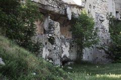 Abandonné détruit par l'explosion, bombardant et écossant le bâtiment détruit Trous des coquilles, traces des balles et attelle images stock