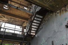 Abandonné détruit par l'explosion, bombardant et écossant le bâtiment détruit Trous des coquilles, traces des balles et attelle photographie stock libre de droits