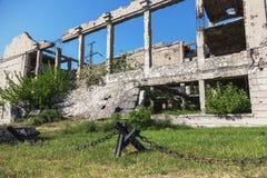 Abandonné détruit par l'explosion, bombardant et écossant le bâtiment détruit Trous des coquilles, traces des balles et attelle image libre de droits