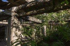 Abandonné détruit par l'explosion, bombardant et écossant le bâtiment détruit Trous des coquilles, traces des balles et attelle photo stock