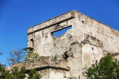 Abandonné détruit par l'explosion, bombardant et écossant le bâtiment détruit Trous des coquilles, traces des balles et attelle photos libres de droits