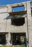Abandonné détruit par l'explosion, bombardant et écossant le bâtiment détruit Trous des coquilles, traces des balles et attelle images libres de droits