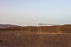 But abandonné du football dans le désert au coucher du soleil images stock