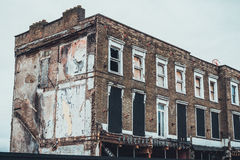 Abandonné embarqué vers le haut du bas immeuble de brique de hausse Photo stock