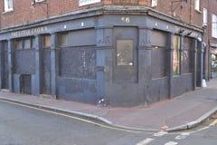 Abandonné embarqué vers le haut du vieux bar Londres Image libre de droits