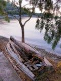 Abandonné et cassé vers le haut du bateau en bois Photographie stock